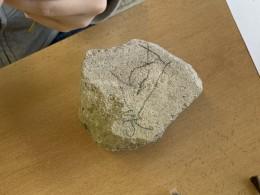 Pravěké rytiny - kresby na kameny při hodině dějepisu